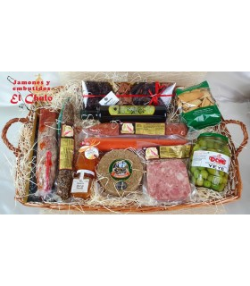 Cesta regalo Gastrónomo: embutidos, queso oveja, regañás, aceitunas, chocolates, aceite, miel, mermelada