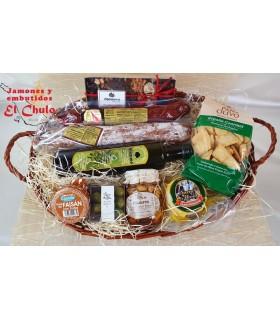 Cesta regalo Epicúrea: embutidos, queso oveja artesano, regañás gourmet, aceitunas, chocolates, aceite, miel, mermelada